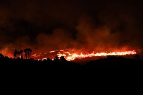 Σιτγμιότυπο από την πυρκαγιά στη Βαρυμπόπη