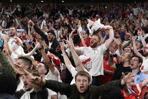Οι οπαδοί της Αγγλίας πανηγυρίζουν για την πρόκριση στον τελικό του Euro 2020