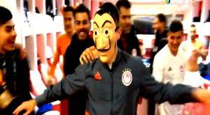 """Ολυμπιακός – Μίλαν 3-1: Ο Φορτούνης με μάσκα """"Casa de papel"""" στα αποδυτήρια"""