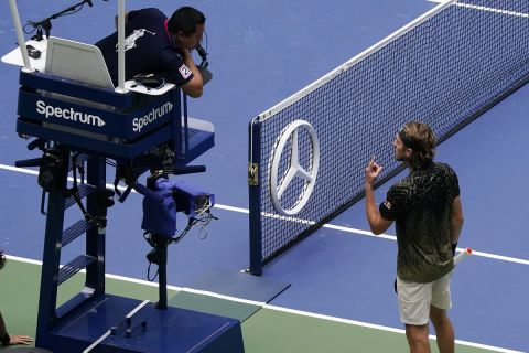 Ο Τσιτσιπάς μιλάει με τον umpire στο US Open