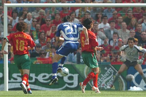 Ο Γιώργος Καραγκούνης ανοίγει το σκορ στην πρεμιέρα του Euro 2004 με την Πορτογαλία