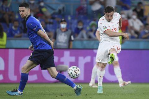 Ο Τσερντάν Σακίρι κάνει σουτ στο Euro 2020 κόντρα στην Ιταλία