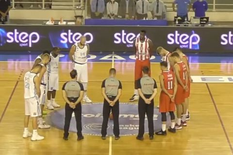 Οι παίκτες του Κολοσσού και του Ολυμπιακού τήρησαν ενός λεπτού σιγή στη μνήμη του Ίβκοβιτς