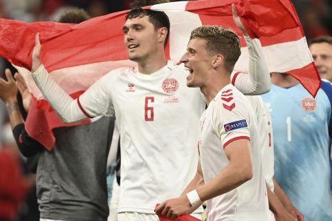 Οι παίκτες της Δανίας πανηγυρίζουν την πρόκριση στις 16 καλύτερες ομάδες του Euro 2020
