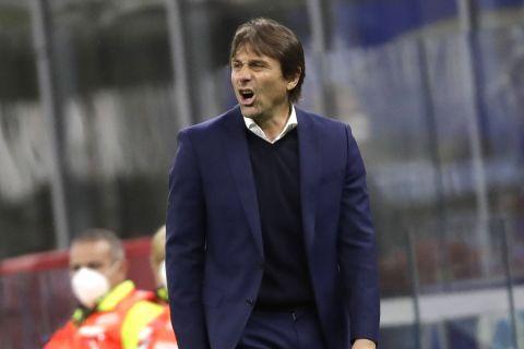Ο Αντόνιο Κόντε δίνει οδηγίες στο Ίντερ - Ρόμα για τη Serie A στις 28 Φεβρουαρίου του 2021.