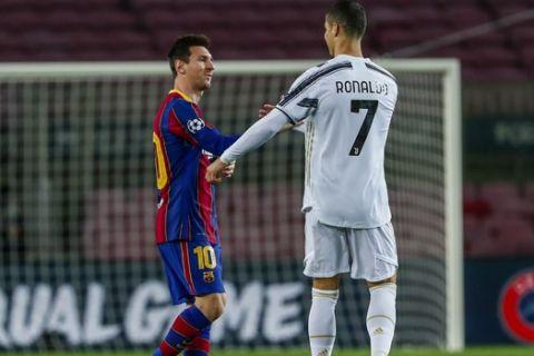 Οι Λιονέλ Μέσι και Κριστιάνο Ρονάλντο ανταλλάσουν χειραψία κατά τη διάρκεια του Μπαρτσελόνα - Γιουβέντους για το Champions League