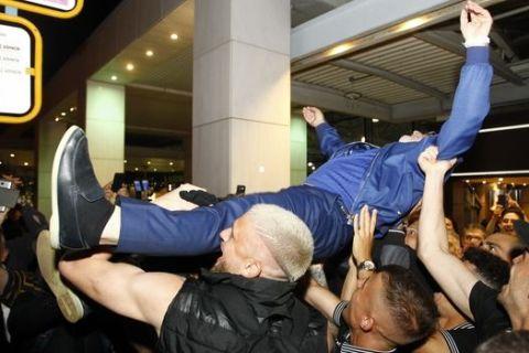 PHOTOS: Σήκωσαν στον αέρα τον Ιβάν Σαββίδη οι παίκτες του ΠΑΟΚ