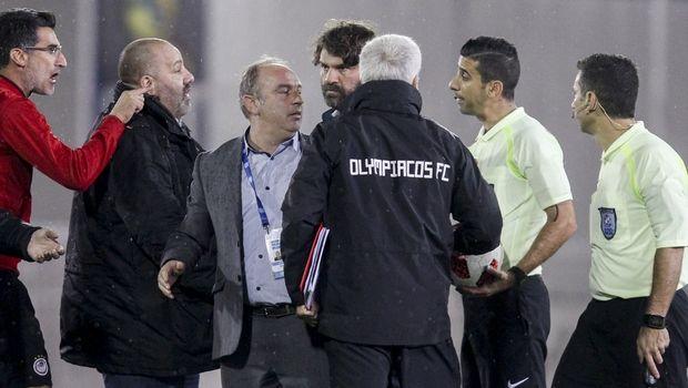 Super League: Πρόστιμο στον Ολυμπιακό, απαγόρευση εισόδου στον αγωνιστικό χώρο στον Καραπαπά