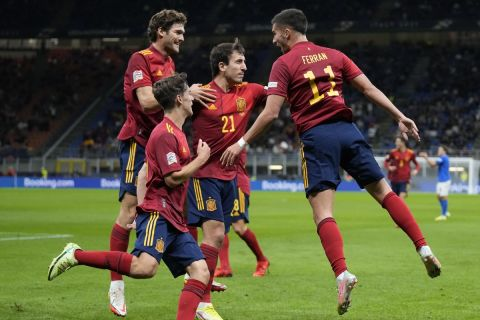 Οι παίκτες της Ισπανίας πανηγυρίζουν γκολ απέναντι στην Ιταλία στα ημιτελικά του Nations League.