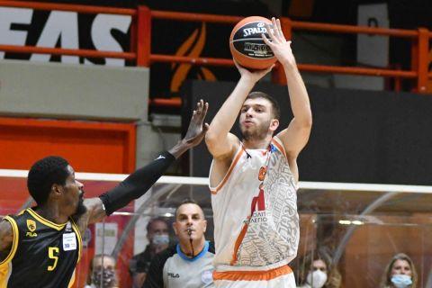 Ο Νίκος Ρογκαβόπουλος σουτάρει σε αγώνα του Προμηθέα με την ΑΕΚ