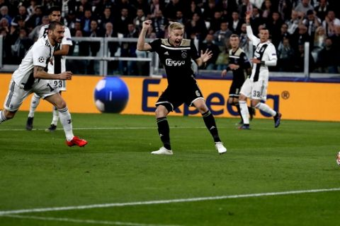 Ajax's Donny van de Beek, right , scores during the Champions League quarter final, second leg soccer match between Juventus and Ajax, at the Allianz stadium in Turin, Italy, Tuesday, April 16, 2019. (AP Photo/Antonio Calanni)