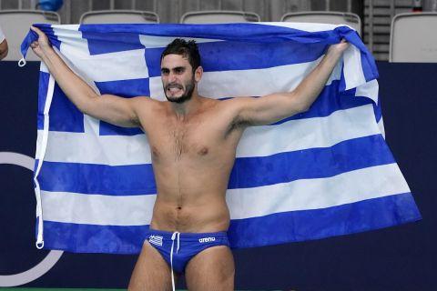 Ο Μάριος Καπότσης με την ελληνική σημαία