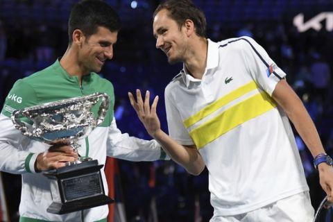 Ο Ντανίλ Μεντβέντεφ με τον Νόβακ Τζόκοβιτς στο φινάλε του τελικού του Australian Open 2021 που βρήκε νικητή τον Σέρβο