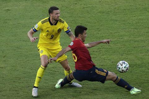 Ο Μάρκους Μπεργκ με τη φανέλα της εθνικής Σουηδίας σε διεκδίκηση της μπάλας μαζί με τον Μάρκος Γιορέντεμ στο ματς του Euro 2020 απέναντι στην Ισπανία