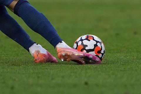 Ο τερματοφύλακας της Μπρέντφορντ Ραγιά κλωτσάει την μπάλα σε ματς  κόντρα στη Γουέστ Χαμ