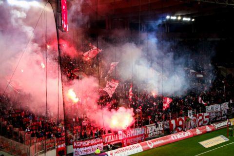 Οι οπαδοί του Ολυμπιακού στην αναμέτρηση με τον Παναιτωλικό στη Super League Interwetten.