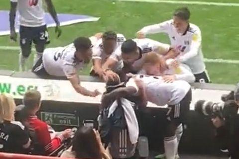 Οι παίκτες της Φούλαμ πανηγυρίζουν το γκολ κόντρα στην Μπρίστολ Σίτι με τον 13χρονο φίλαθλο που πάσχει από εγκεφαλική παράλυση