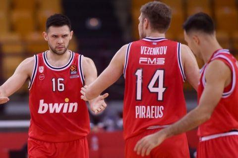 Παπανικολάου, Σλούκας, Βεζένκοβ σε στιγμιότυπο από τον αγώνα Ολυμπιακός - Άλμπα για την 8η αγωνιστική της EuroLeague 2020/21