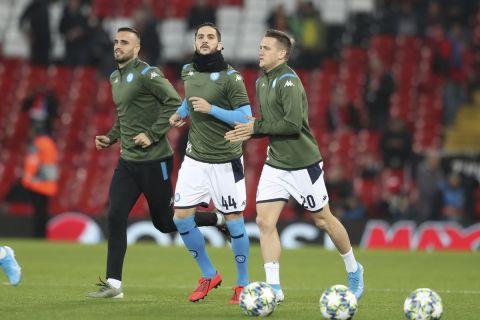 Ο Κώστας Μανωλάς κάνει προθέρμανση πριν από αγώνα της Νάπολι στο Champions League με αντίπαλο την Λίβερπουλ | 27 Νοεμβρίου 2019