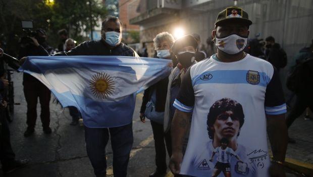 Οπαδοί του Μαραντόνα έξω απ' το νοσοκομείο στη Λα Πλάτα