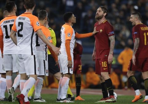 Roma's Daniele de Rossi takes on Shakhtar players during a Champions League round of 16 second-leg soccer match between Roma and Shakhtar Donetsk, at the Rome Olympic stadium, Tuesday, March 13, 2018. (AP Photo/Gregorio Borgia)