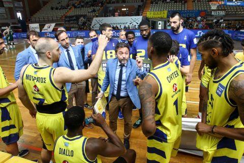Ο Χρήστος Σερέλης δίνει οδηγίες στους παίκτες του Λαυρίου
