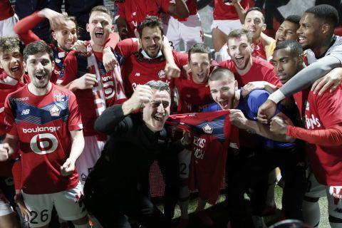 Οι παίκτες της Λιλ πανηγυρίζουν την κατάκτηση της Ligue 1