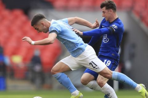 Manchester City's Ferran Torres, left, challenges for the ball with Chelsea's Mason Mount during the English FA Cup semifinal soccer match between Chelsea and Manchester City at Wembley Stadium in London, England, Saturday, April 17, 2021. (Adam Davy, Pool via AP)