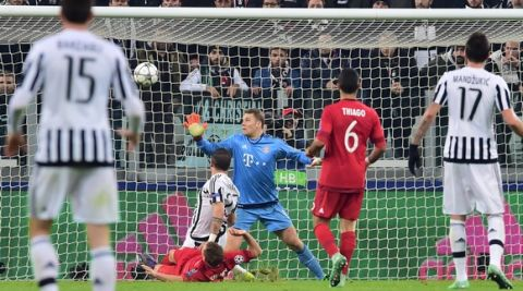Bayern Munich's German goalkeeper Manuel Neuer (C) concedes a goal to Juventus' Italian midfielder Stefano Sturaro during the UEFA Champions League round of 16 first leg football match between Juventus and Bayern Munich at the Juventus Stadium in Turin on February 23, 2016.  AFP PHOTO / GIUSEPPE CACACE / AFP / GIUSEPPE CACACE        (Photo credit should read GIUSEPPE CACACE/AFP/Getty Images)