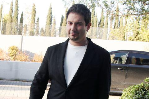 Ο Αργύρης Γιαννίκης κατά την υπογραφή του συμβολαίου του με την ΑΕΚ