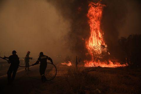 Στιγμιότυπο από τη φονική πυρκαγιά στη Βαρυμπόπη