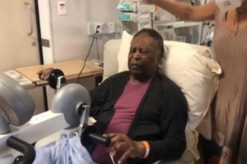 Ο Πελέ κατά τη διάρκεια της φυσιοθεραπείας του μετά από εγχείρηση στο παχύ έντερο