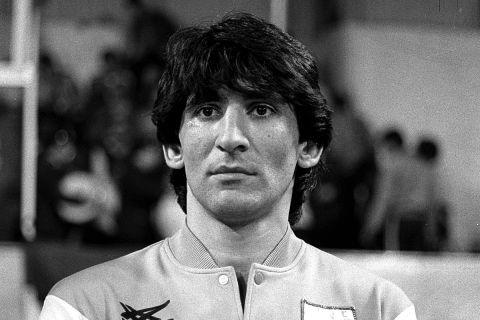 Ο Παναγιώτης Γιαννάκης πριν από αγώνα με τη Γαλλία τον Νοέμβριο του 1984