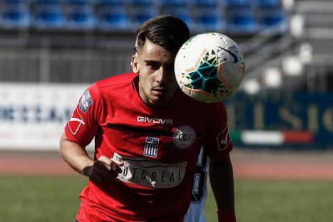 Ο Κωνσταντίνος Παπαγεωργίου με τη φανέλα των Τρικάλων σε αναμέτρηση της Super League 2.