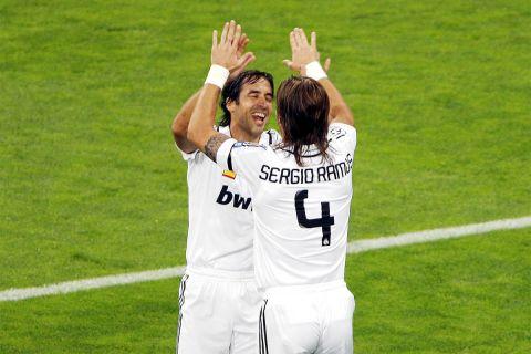 Ραούλ και Σέρχιο Ράμος πανηγυρίζουν ένα γκολ της Ρεάλ σε αγώνα του Champions League με την Μπάτε Μπορίσοφ (17/9/2008).