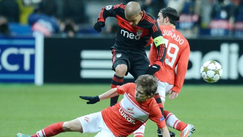 Benfica's player Maxi Pereira (Top) vies with Spartak's Jano Ananidze (L) during their Champions League Group G football match in Moscow on October 23, 2012. AFP PHOTO/NATALIA KOLESNIKOVA        (Photo credit should read NATALIA KOLESNIKOVA/AFP/Getty Images)