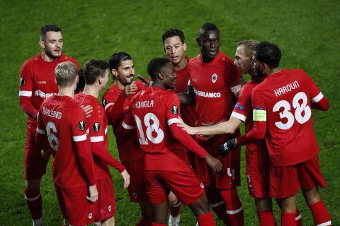 Οι παίκτες της Άντβερπ πανηγυρίζουν γκολ κόντρα στη Λουντογκόρετς
