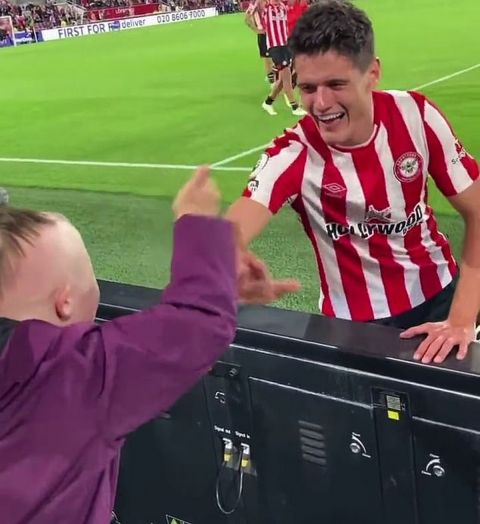 Οι παίκτες της Μπρέντφορντ πανηγηγυρίζουν μαζί με έναν νεαρό οπαδό τους μετά από τη νίκη επί της Άρσεναλ | 16 Αυγούστου 2021