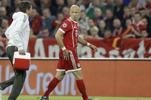 Bayern's Arjen Robben leaves the pitch after suffering an injury during the semifinal first leg soccer match between FC Bayern Munich and Real Madrid at the Allianz Arena stadium in Munich, Germany, Wednesday, April 25, 2018. (AP Photo/Matthias Schrader)