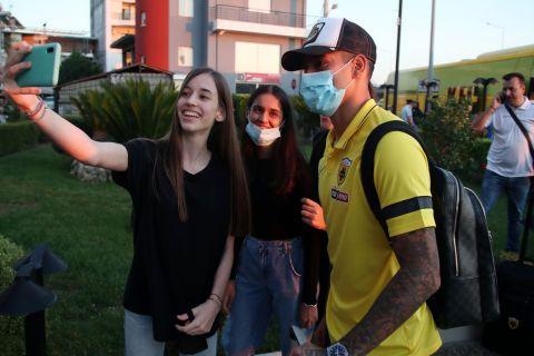 Φίλες της ΑΕΚ φωτογραφίζονται με τον Αραούχο