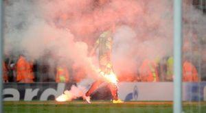 Έβαλαν φωτια στο Emirates οι οπαδοι της Γαλατασαραι