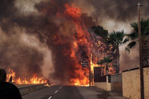 Στιγμιότυπο από την πυρκαγιά στην Βαρυμπόπη