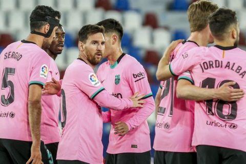 Οι παίκτες της Μπαρτσελόνα πανηγυρίζουν το γκολ του Μέσι κόντρα στη Λεβάντε