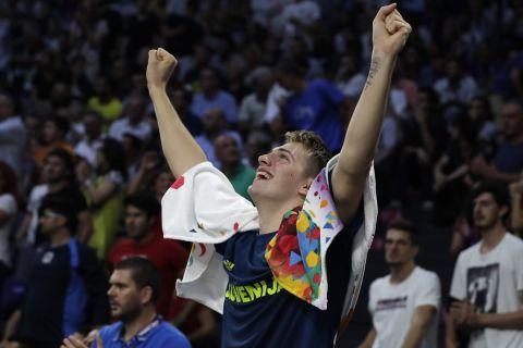 Ο Λούκα Ντόντσιτς πανηγυρίζει με την εθνική ομάδα της Σλοβενίας