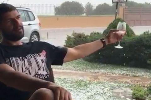 Ο Λάζαρος Παπαδόπουλος χαλαρώνει με ποτό και... χαλάζι