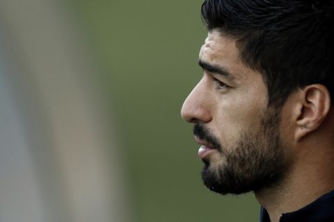 FC Barcelona's Luis Suarez takes part in a training session at the Sports Center FC Barcelona Joan Gamper in Sant Joan Despi, Saturday, May 5, 2018. FC Barcelona will play against Real Madrid in a Spanish La Liga soccer match on Sunday.(AP Photo/Manu Fernandez)