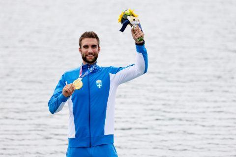 Ο Στέφανος Ντούσκος πανηγυρίζει για το χρυσό μετάλλιο στους Ολυμπιακούς Αγώνες