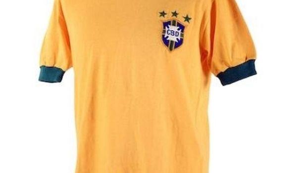 3cf6fc9ca Αυτή είναι η τελευταία φανέλα της Βραζιλίας που φόρεσε ποτέ ο Πελέ σε  επίσημο παιχνίδι. Την αντάλλαξε με τον Γιουγκοσλάβο αμυντικό Ντράγκαν  Χόλτσερ, ...