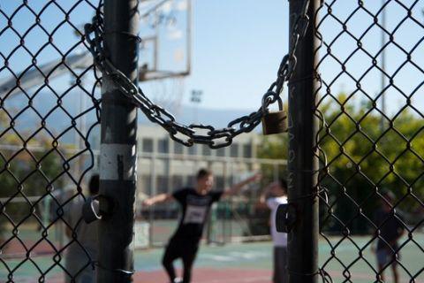 Λουκέτο σε ανοιχτό γήπεδο μπάσκετ της Αθήνας
