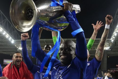 Ο Καντέ πανηγυρίζει την κατάκτηση του Champions League με τη Τσέλσι στον τελικό κόντρα στη Μάντσεστερ Σίτι.